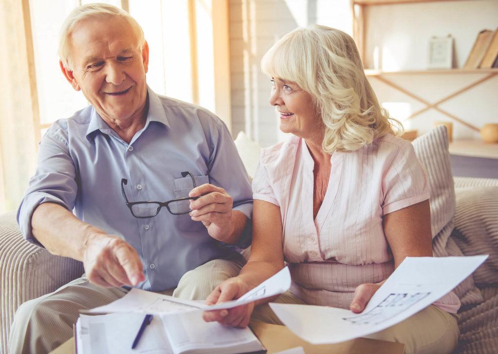 Ein Vermieter Ehepaar schauen sich einen Mietvertrag an