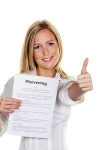 frau-mit-mietvertrag