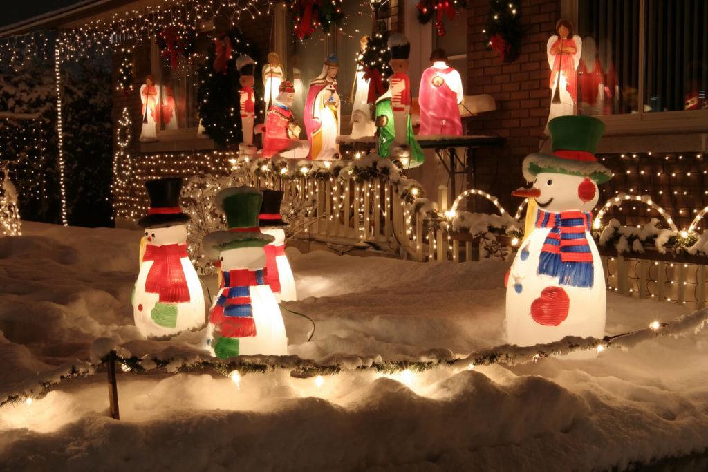 Weihnachtsdekoration im Garten