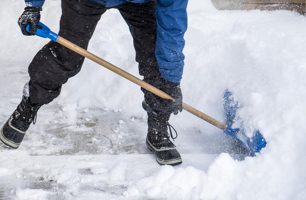 ein Mann räumt Schnee