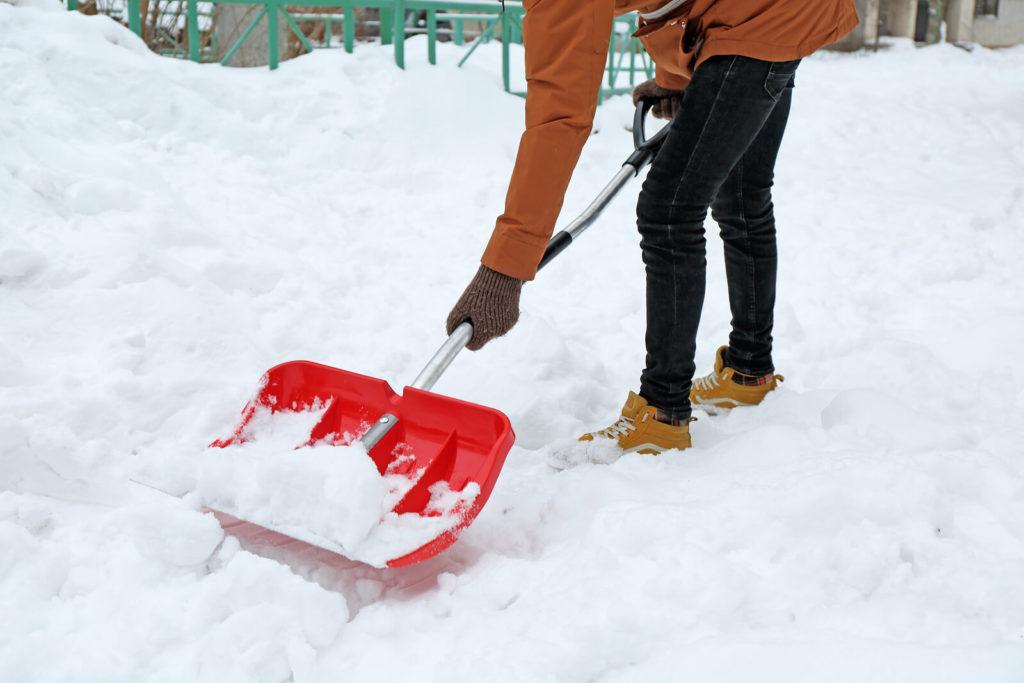 ein Mann macht Winterdienst